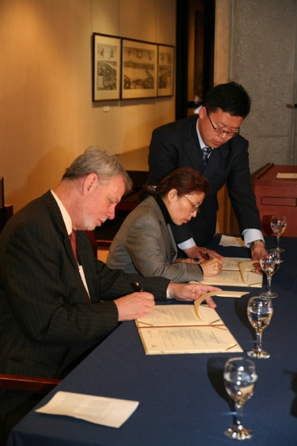 University of Toronto Libraries Chief Librarian, Larry Alford and Ms. Chang Pijun, Deputy Director of the National Library of China, sign the Agreement for Academic Cooperation.